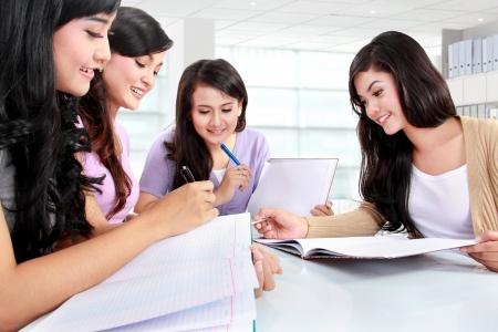 grupo de chicas que estudian juntos en el campus