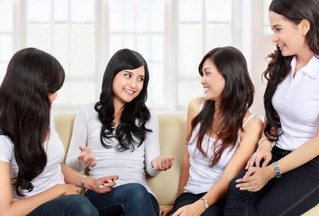 여자 집에서 함께 좋은 시간을 보내고 그룹 스톡 콘텐츠