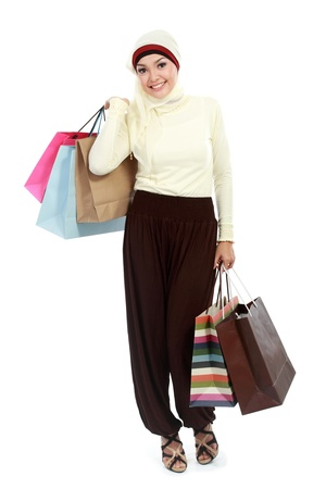 femme musulmane: Heureuse jeune femme musulmane avec sac isol� sur fond blanc