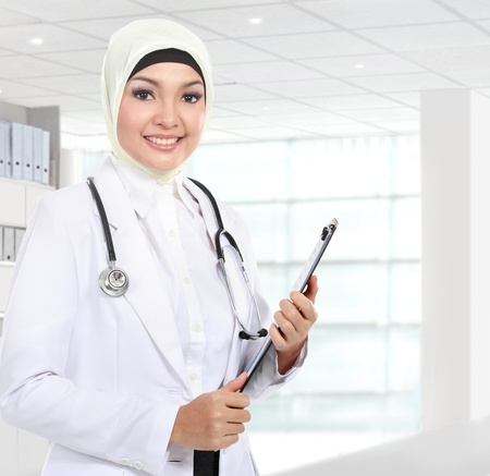 Portret van moslim Aziatische vrouwelijke medische arts bedrijf paperclip in het ziekenhuis