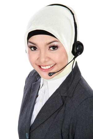 femme musulmane: pr�s portrait de la belle jeune op�rateur de service � la client�le de la femme musulmane avec un casque isol� sur fond blanc