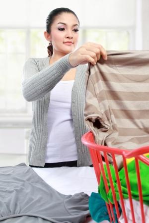 lavando ropa: mujer feliz asiático lavar la ropa en casa Foto de archivo