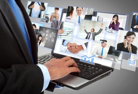 trabajo social: Close up de la mano de negocios que trabajan con el port�til en la oficina. imagen conceptual Foto de archivo