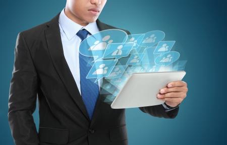 태블릿 PC를 사용하여 비즈니스 사람입니다. 사회적 연결의 개념적 이미지 스톡 콘텐츠