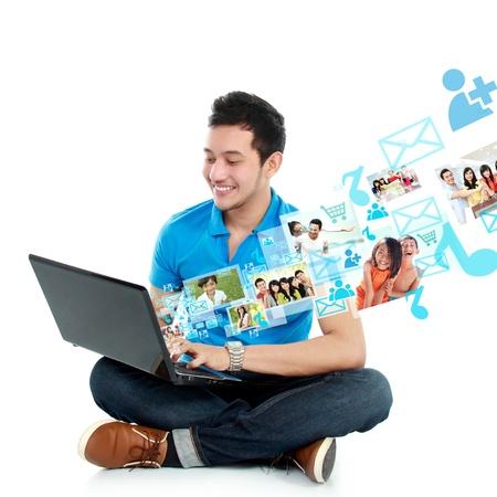 portret van jonge Aziatische man studie met behulp van laptop ge Stockfoto