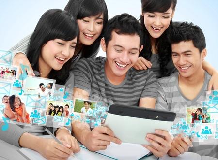 amigo: Grupo de estudiantes mirando tablet PC juntos. imagen conceptual