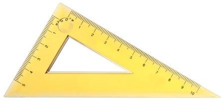 白い背景に分離された黄色の定規のクローズ アップ