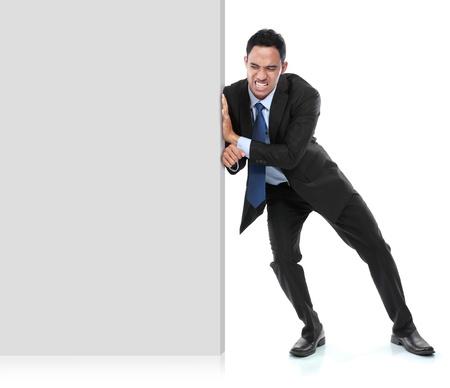 Jonge zakenman duwen een leeg bord op een witte achtergrond
