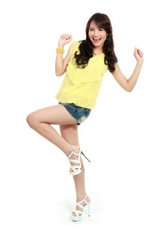 rozradostněný: Portrét šťastný a radosti krásná dívka v módě stylové