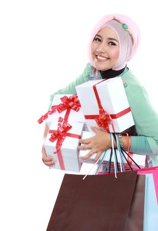 рамадан: Счастливый молодой мусульманская женщина с покупки мешок и подарочные коробки, изолированных на белом фоне
