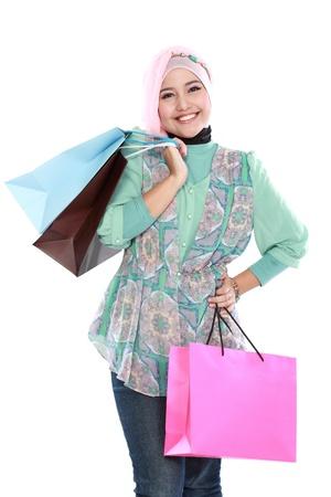 美しい若いイスラム教徒の女性の彼女の持ち株の肖像画、いくつかのショッピング バッグの手します。 写真素材