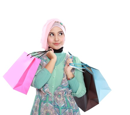 美しい若いイスラム教徒女性である、彼女の持ち株の像手にいくつかのショッピング バッグ 写真素材