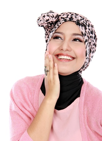 白い背景の上に笑って美しいイスラム教徒の女性のクローズ アップ