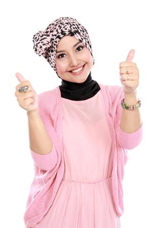 親指をあきらめて魅力的なイスラム教徒の女性は、白い背景の上分離 写真素材