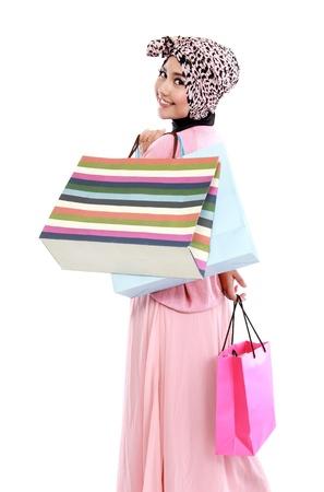 femmes muslim: Portrait d'une belle jeune femme musulmane, dans une exploitation dans ses mains quelques sacs à provisions Banque d'images