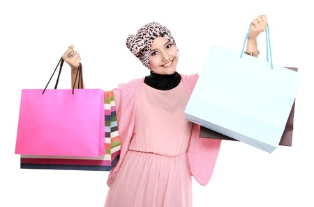 Portret van een mooie jonge vrouw, in een deelneming in haar handen een paar boodschappentassen