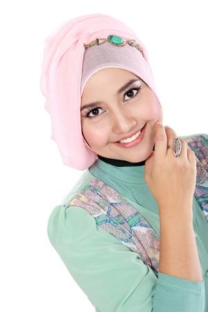 アクションでカメラを見て幸せな若いアジア イスラム教女性の肖像画