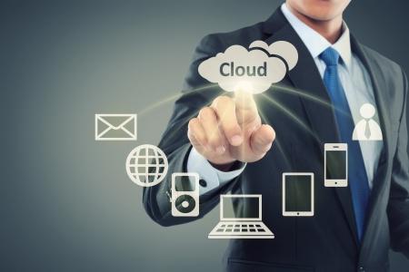 Homem de negócios, apontando para a computação em nuvem em fundo virtual