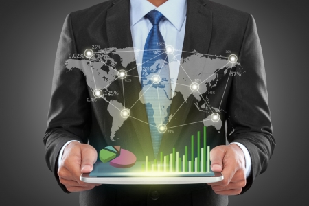 연결 사회 사업을 보여주는 노트북과 성공 사업가의 초상화