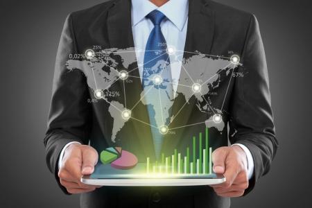 Portret van succes zakenman met laptop met sociale zaken verbonden