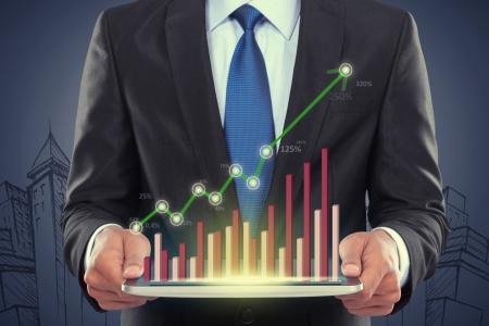 성공적인 사업가 그래프와 함께 태블릿 PC를 들고 스톡 콘텐츠