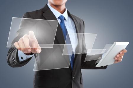 手をタブレット PC を使用しながらタッチ画面のインターフェイスにボタンを押す 写真素材