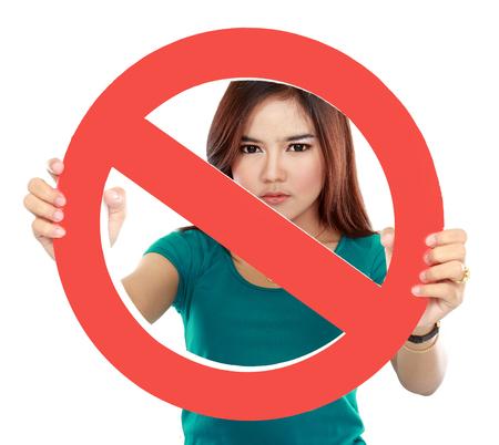 se�ales de precaucion: Cerca de la mujer joven con signo prohibido