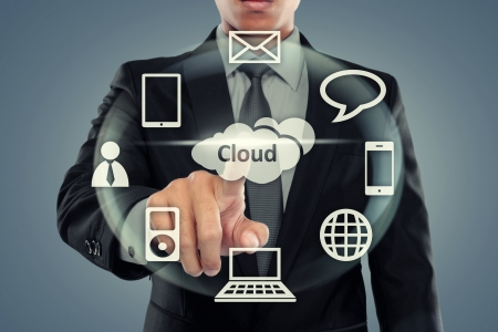 Bedrijfs mens die op cloud computing op virtuele achtergrond Stockfoto