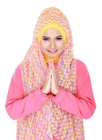 femmes muslim: belle fille portant le hijab accueillant souriant Banque d'images