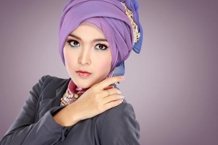 hijab 착용 보라색 의상과 함께 아름다운 이슬람 여자의 패션 초상화