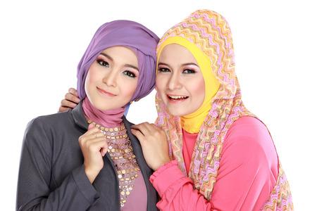 femme musulmane: Portrait de deux belle femme musulmane s'amuser ensemble Banque d'images
