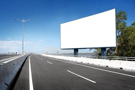 Cartellone bianco o cartello stradale sull'autostrada Archivio Fotografico - 23411693