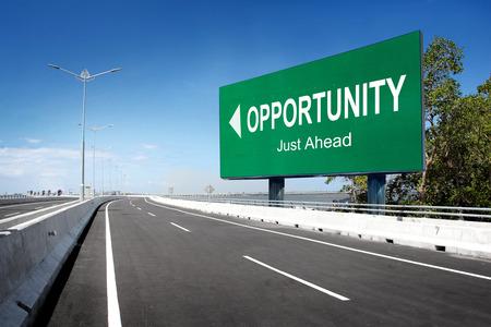 Straße mit Zeichen der Gelegenheit. konzeptionelle Bild Standard-Bild