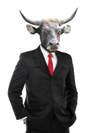 Metafoor van sterke zakenman met koe hoofd op een witte achtergrond