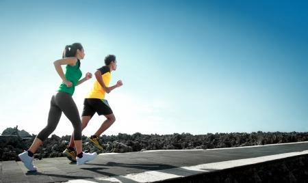 sport - Aziatische paar loopt buiten het doen van oefeningen Stockfoto