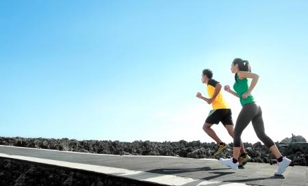motion: sport - asiatiska par som kör utomhus gör övningen