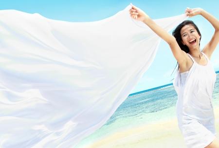 旅行や休暇。自由の概念。美しい少女と白いスカーフ夏を楽しんで、ビーチで。