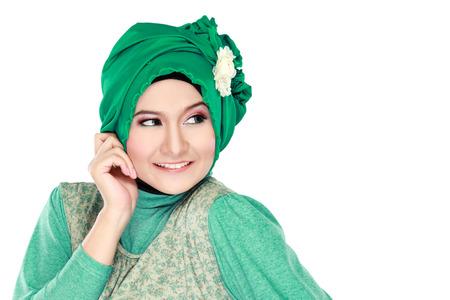 Fashion portret van jonge gelukkige mooie moslim vrouw met een groene kostuum dragen van hijab op een witte achtergrond Stockfoto