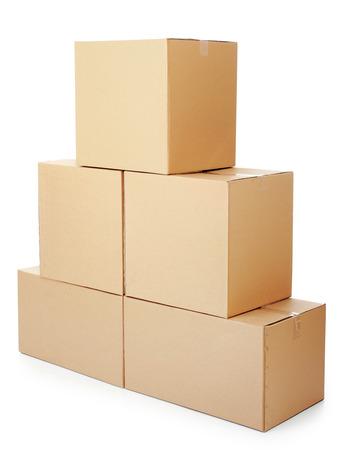 des piles de boîtes en carton sur un fond blanc