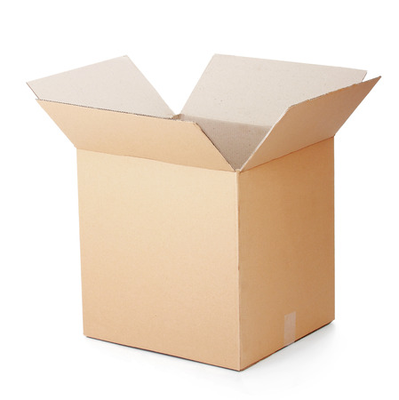 stockpiling: caja de cart�n abierta aislada en un fondo blanco. Foto de archivo
