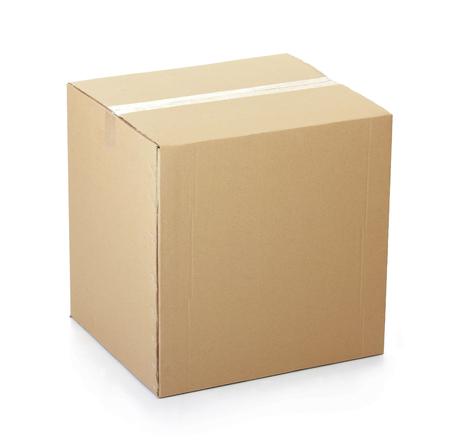 stockpiling: Caja de cart�n cerrada con cinta y aislado en un fondo blanco.
