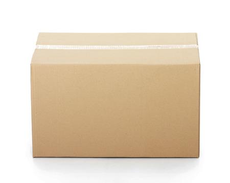 Gesloten kartonnen doos geplakt en geïsoleerd op een witte achtergrond.