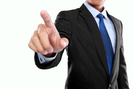 empresario de la mano empujando pantalla virtual en el fondo blanco