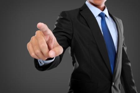 finger pointing: empresario de la mano empujando pantalla virtual en el fondo blanco
