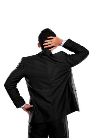 persona pensando: Actitud posterior de una persona de negocios pensando aislado sobre fondo blanco