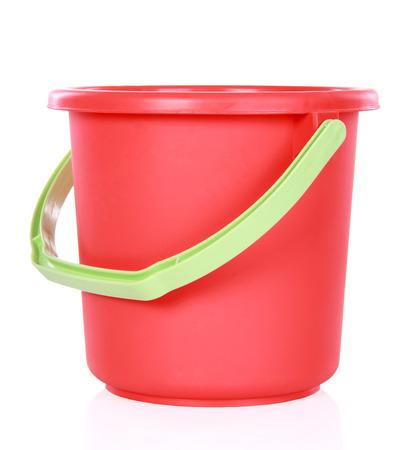 白い背景に分離された赤いプラスチック製のバケツ