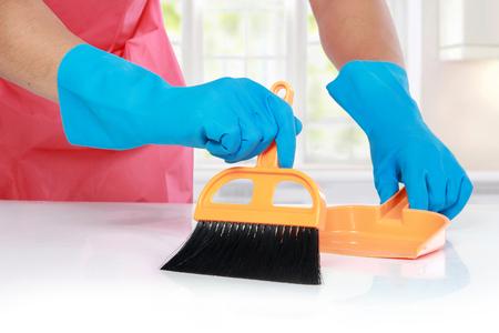 close-up portret van de hand met handschoen gebruik schoonmaak borstel om schoon te maken de tafel