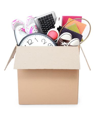 coisa: Caixa de papel�o cheia de coisas pronto para o dia em movimento isolado no fundo branco Banco de Imagens