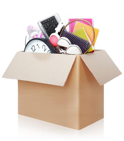 하루 이동에 대한 준비가 물건의 전체 골판지 상자 흰색 배경에 고립