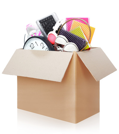 shoe boxes: Caja de cart�n llena de cosas listas para el d�a m�vil aisladas sobre fondo blanco Foto de archivo